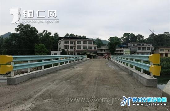 近日,位于松桃自治县平头乡柑子园村境内的004乡道上的柑子园中桥重建